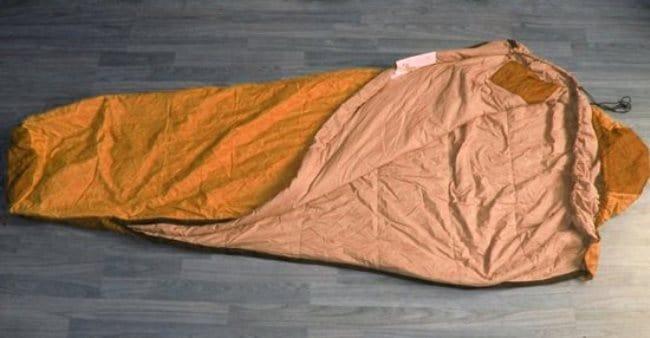 Сушите спальный мешок на горизонтальной поверхности