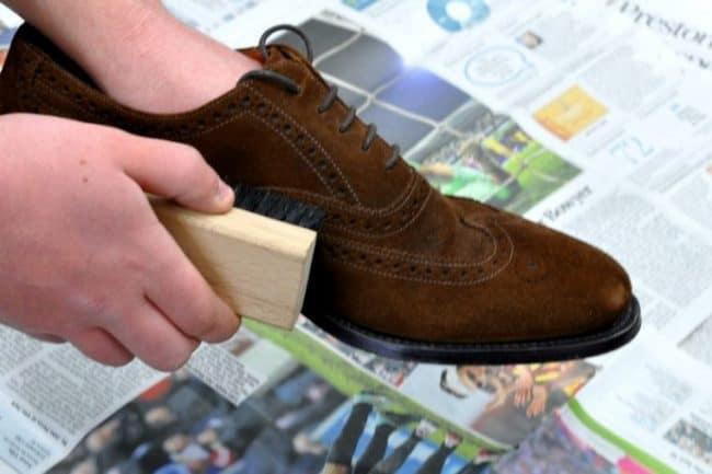 Чистите щеткой только сухую обувь
