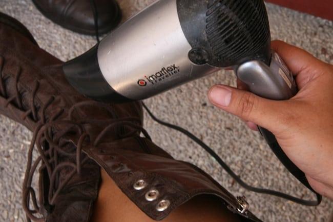 Чтобы обувь не скрипела, нагрейте ее феном