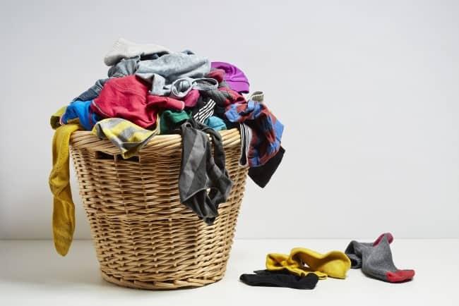 Долго не стираная одежда также является источником вони