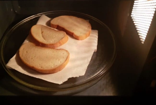 Кусочки хлеба впитают рыбный запах как губка