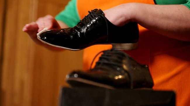 Лакированную обувь обрабатывайте только специальными средствами не содержащие жиры