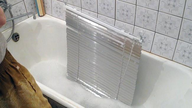 Мойте жалюзи в ванной при помощи душа