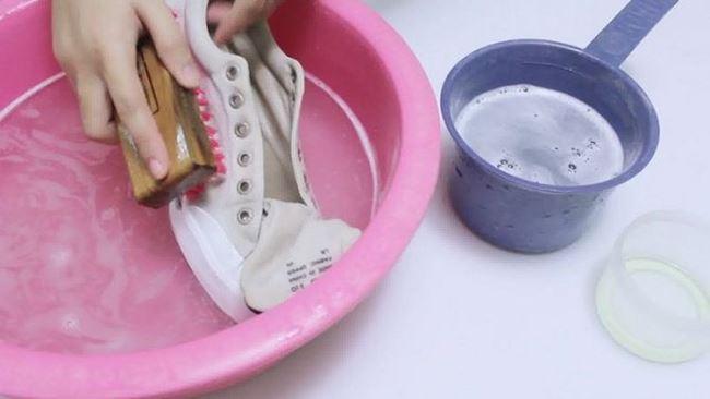 Мыльный раствор уберет грязь и не повредит замшу