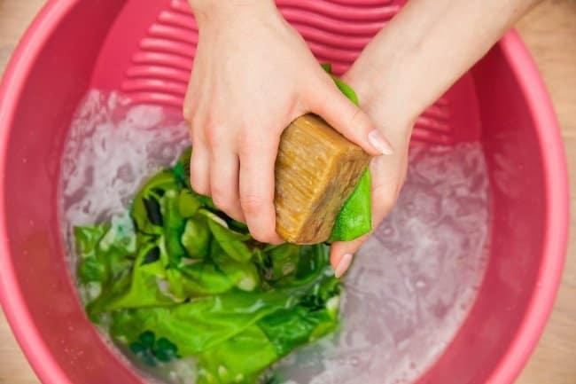Мыло уберет пятно и сохранит цвет одежды