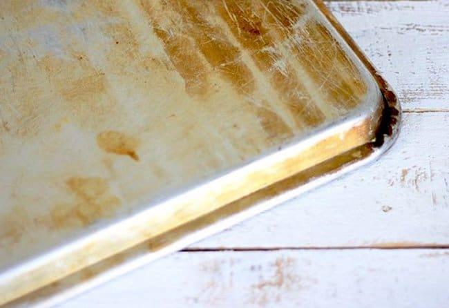 Не чистите алюминиевый противень металлическими щетками
