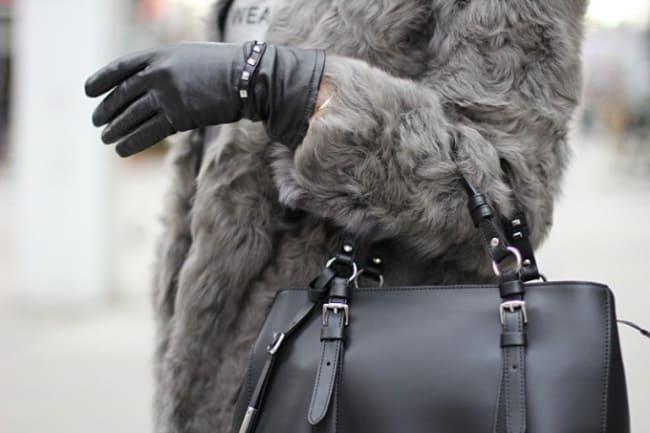 Нося сумку на руке, вы ускорите процесс стирания меха