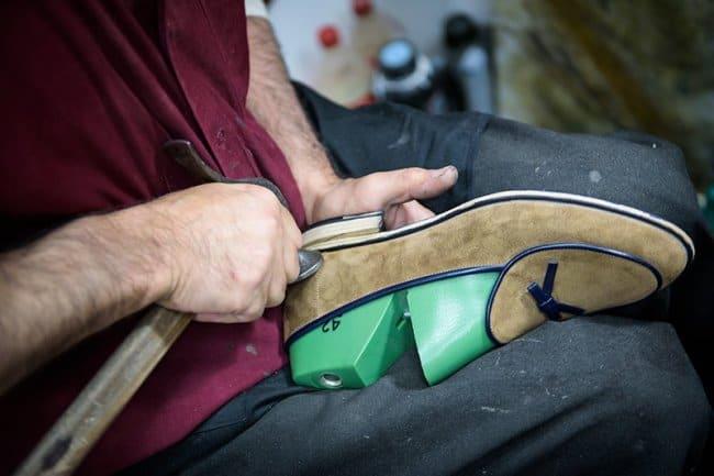 Отнесите замшевую обувь в мастерскую