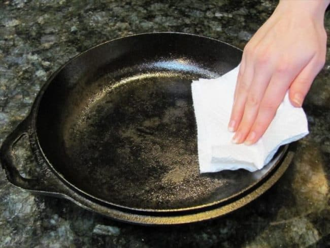 После каждой мойки протирайте сковороду сухим полотенцем