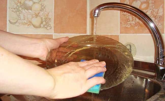Посуда вымытая горчицей приобретет блеск и избавиться от противного запаха