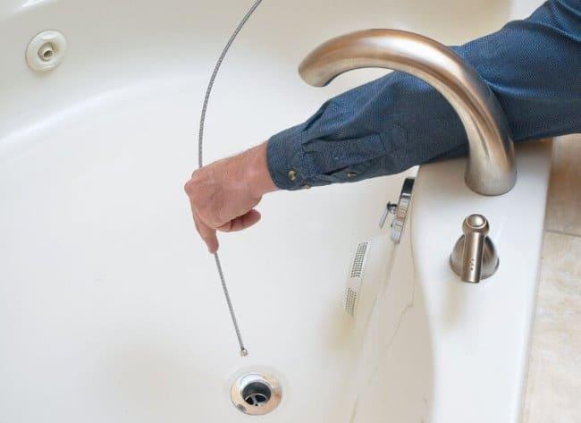 При чистке тросом будьте осторожны, чтобы не повредить трубы