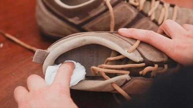 Смачивайте замшевую обувь только изнутри