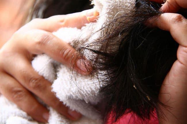 Смочите ткань соленым раствором и обмотайте ее пострадавшую прядь волос