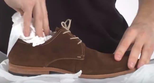 Смочите тряпочку спиртосодержащим раствором и протрите обувь внутри
