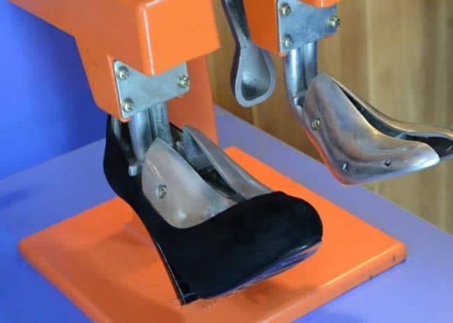 В мастерских используют специальное оборудование для растяжки обуви
