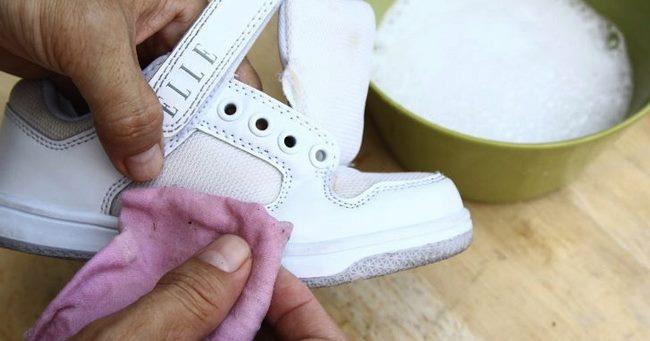 Белую обувь из кожи или кожзама, а также сумки и перчатки можно обрабатывать полностью