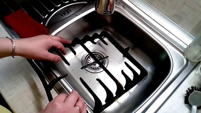 Большие решетки тяжело мыть в раковине