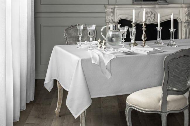 Для классической европейской сервировки универсальной считается однотонная белая ткань