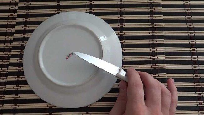 Для этого способа подойдёт тарелка или чашка из керамики
