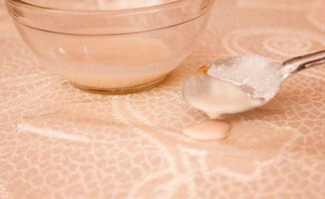 Мелко подробленная соль поможет вывести кровь, для чего ее необходимо смешать с водой до получения густой кашицы