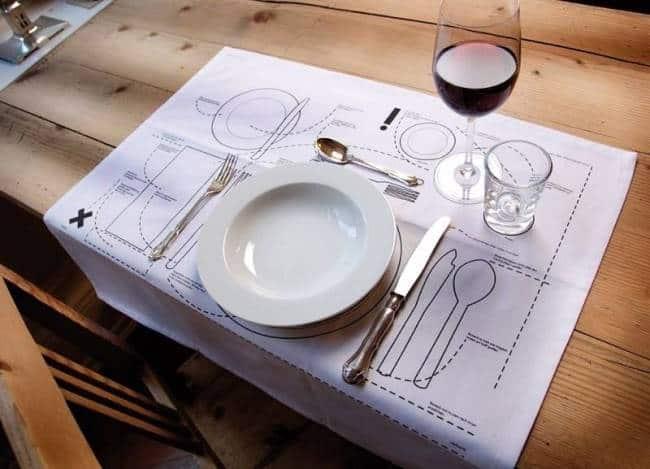 По правилам сервировки тарелки расставляйте строго напротив стульев, на расстоянии 2 см от края