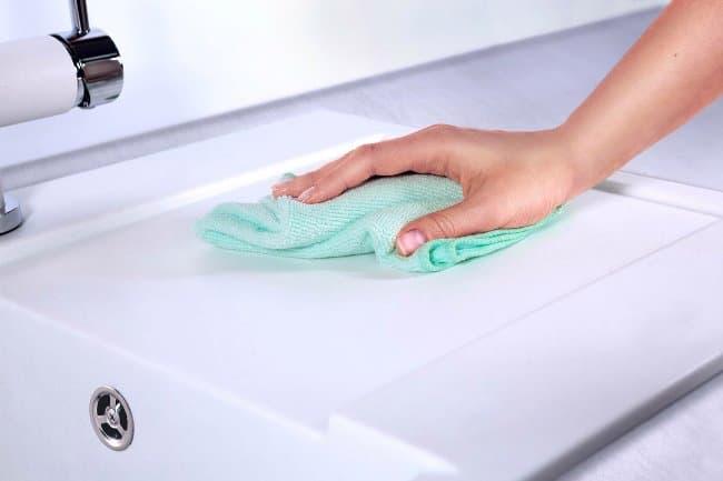 Последний обязательный этап – устранение остатков влаги с раковины при помощи мягкой сухой тряпки или губки