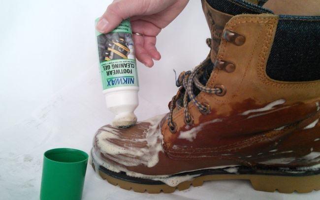 При небольших загрязнениях попробуйте универсальные очистители, выпускаемые в виде пены или аэрозоля