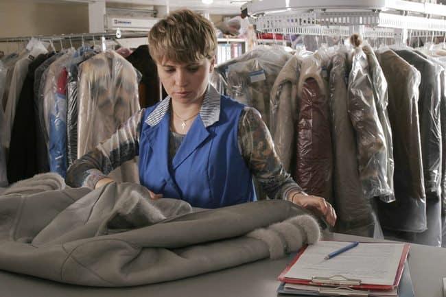 С верхней одеждой из светлых тканей рекомендуется не экспериментировать, а сдавать ее в химчистку