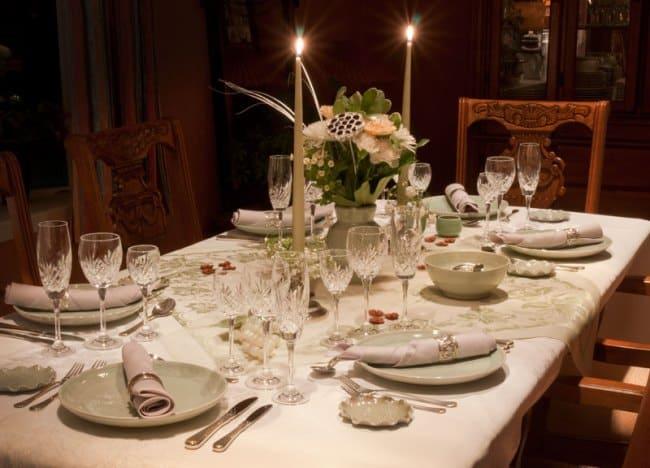 Сервировка стола к ужину зависит от количества присутствующих членов семьи, а также наличия приглашенных гостей