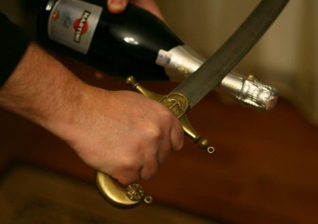 Способ можно применять только для газированных вин, чтобы избежать попадания осколков внутрь тары
