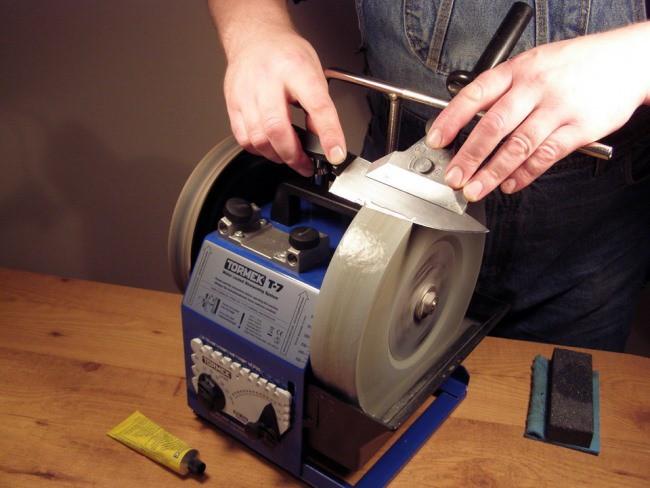 Станок с крутящимся точильным кругом используется на производстве и в профессиональных мастерских