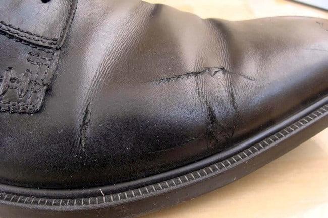 Старая обувь больше всего подвержена промоканию