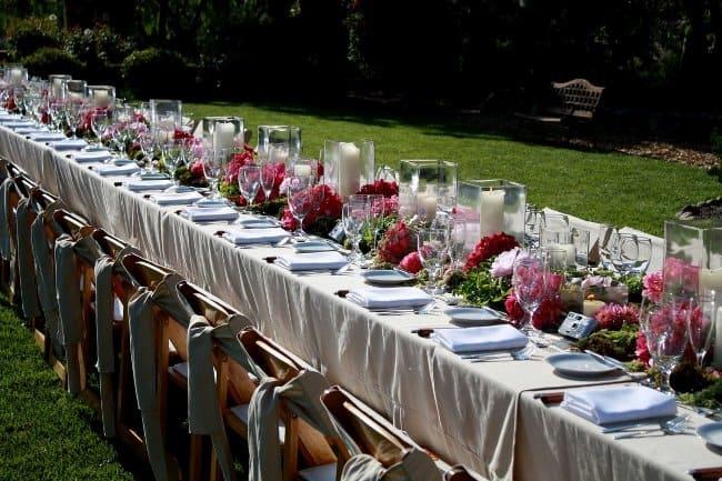 Стол для свадебного торжества должен отличаться красотой, изяществом, обилием живых цветов