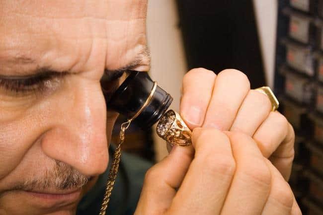 В ломбарде металл на золото проверяют теми же домашними способами