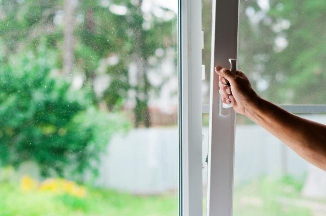 В задымленном помещении на 30 минут откройте окна, форточки, балконную дверь