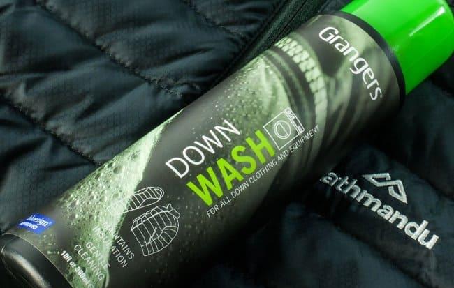 Жидкость для стирки работает с натуральными и синтетическими наполнителями, разными видами спортивных вещей