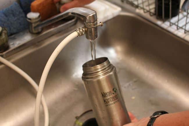 Если очищать так стеклянный или металлический корпус каждый раз, то следы от налета чая, кофе, пищи удаляются с первого раза