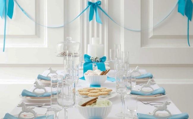 Классическая зимняя сервировка стола на день рождения предполагает использование холодных глубоких или сдержанных цветов