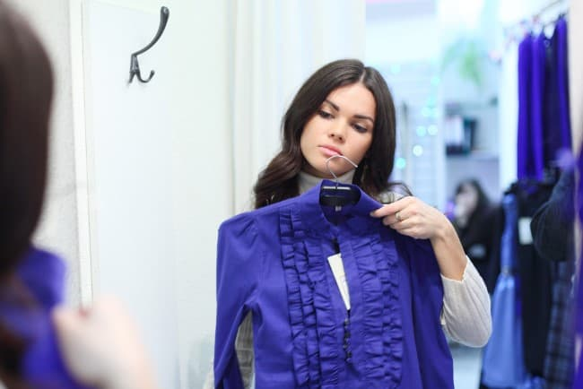 Обязательно примерьте блузку или платье перед покупкой