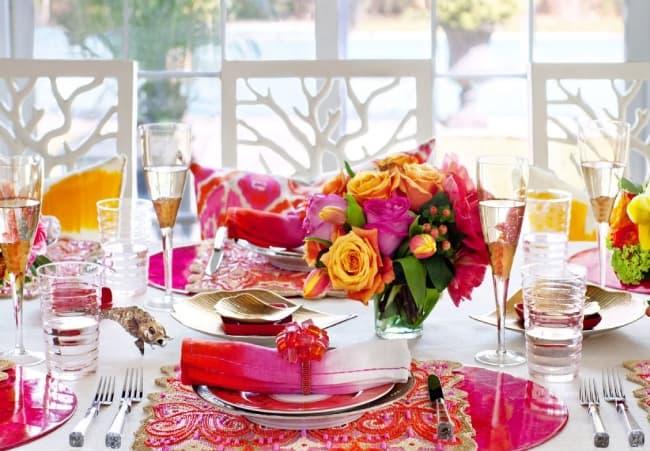 Праздничный стол можно украсить в женском стиле