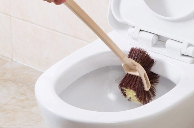 Регулярно тщательно прочищайте внутреннюю поверхность унитаза ёршиком, особенно на уровне, где заканчивается вода
