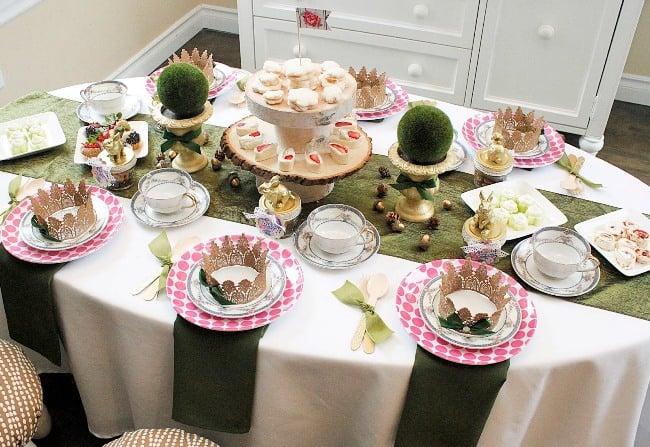 Сервировка праздничного стола в домашних условиях должна быть торжественной, стильной, аккуратной, но при этом непринужденной, домашней, комфортной