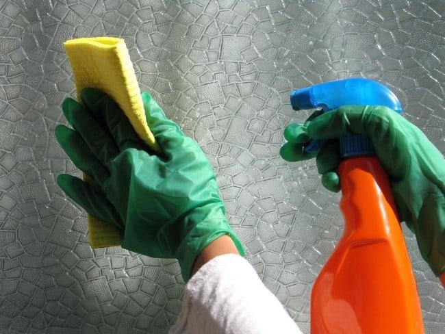 Средство для стекол хорошо очищает глянцевые поверхности, поэтому его используют не только по прямому назначению