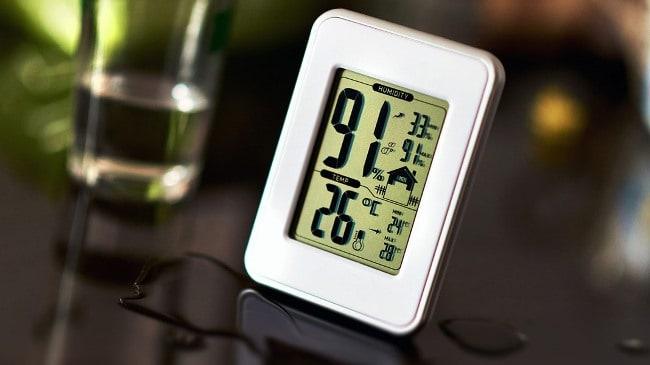 В быту чаще всего используется электронный гигрометр, работающий от батареек