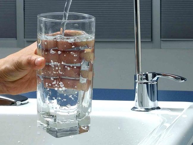 Вполне подходит водопроводная вода, если в ней нет ржавчины