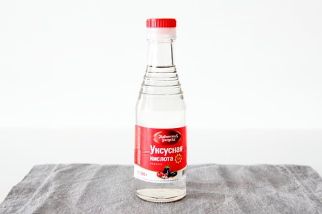 Это растворимая в воде жидкость без выраженного цвета с резким едким запахом кисловатая на вкус
