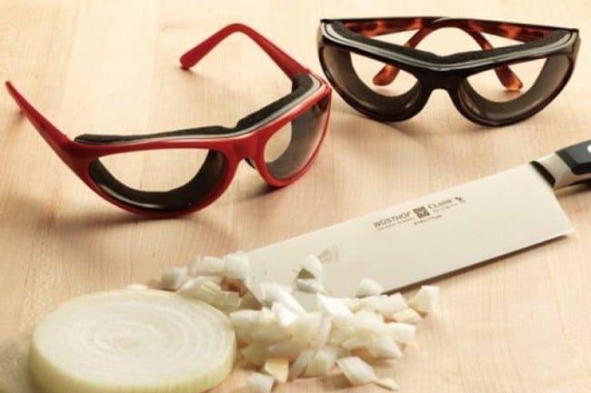 Очки-антислезы превосходно защитят от едких испарений лука, чеснока и перца