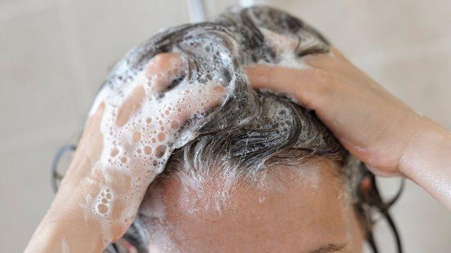 Окончив процедуру, вымойте голову привычным способом 1–2 раза, натерев шампунем