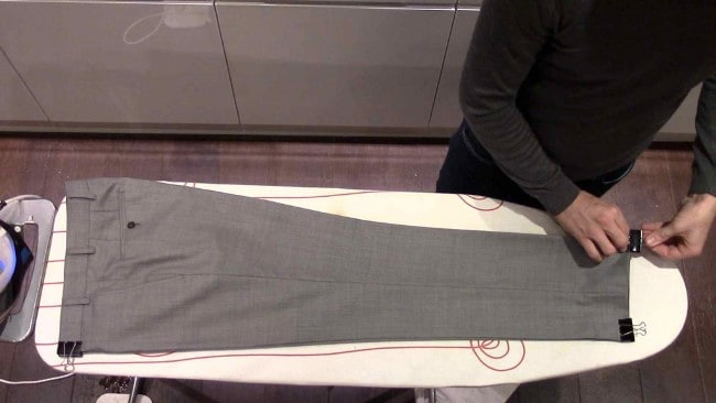 Перед тем как начать гладить брюки со стрелками, нужно их подготовить