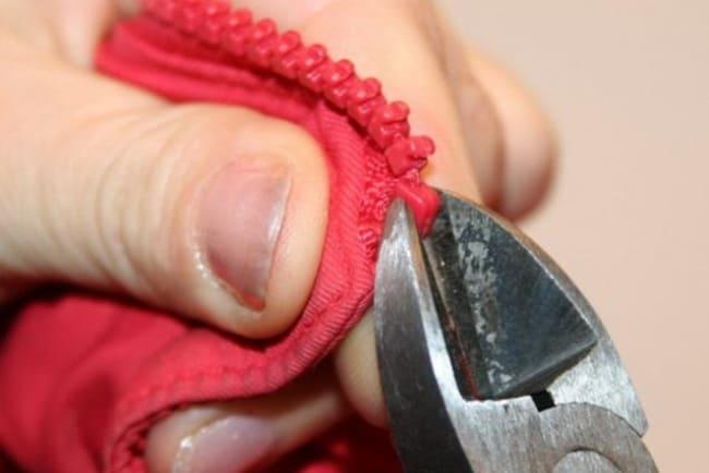 Пластиковые перекусите бокорезами, но аккуратно, чтобы не повредить ткань